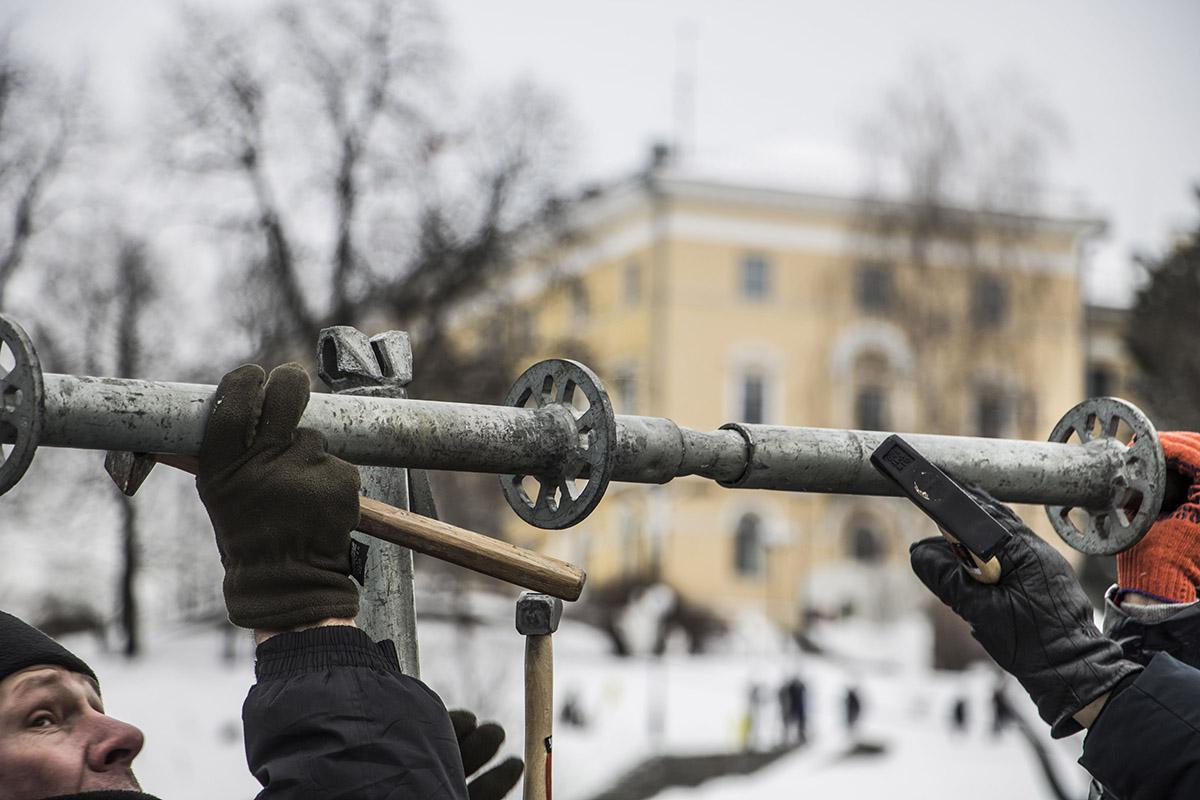 Митингующие вооружились молотками и полезли на металлические конструкции