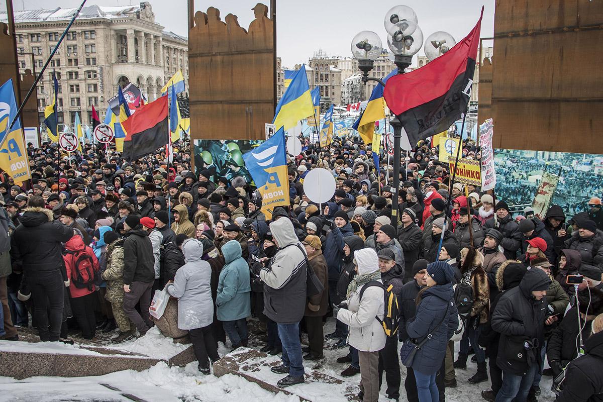 В центре Киева собрались около 700 человек