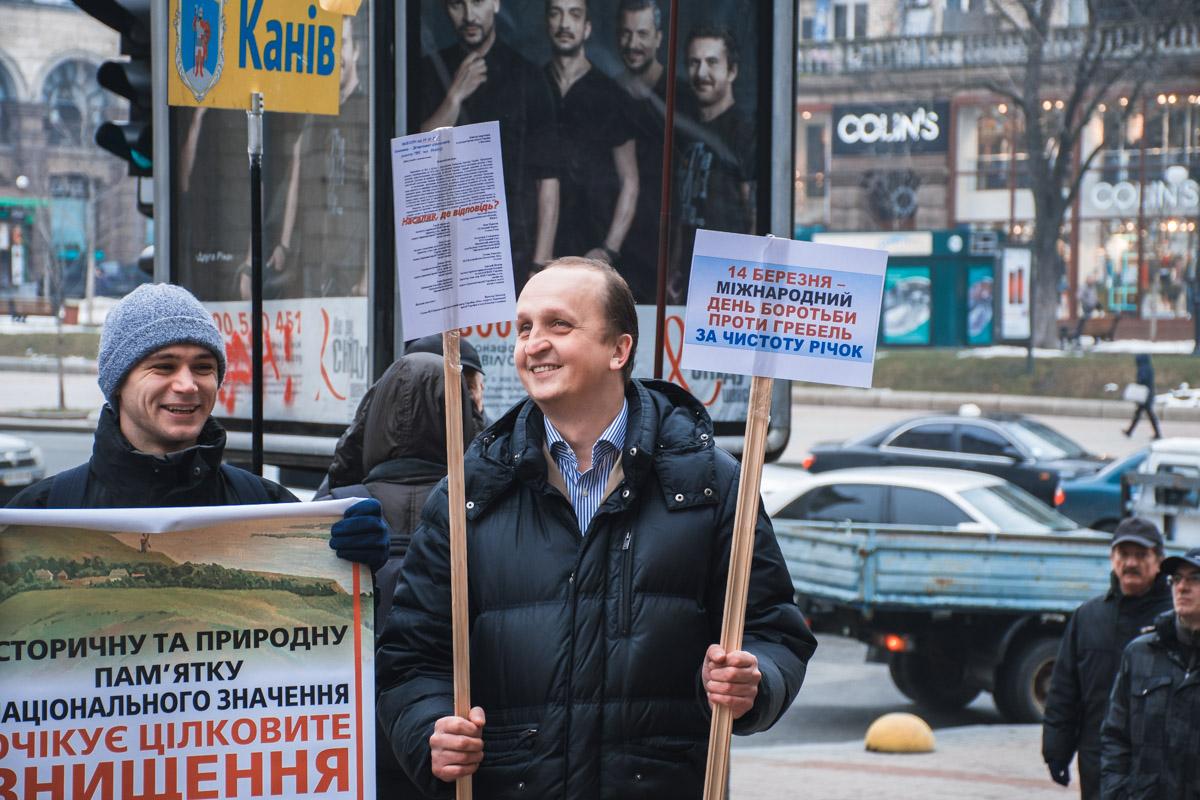 Акция протеста проходит в хорошем настроении