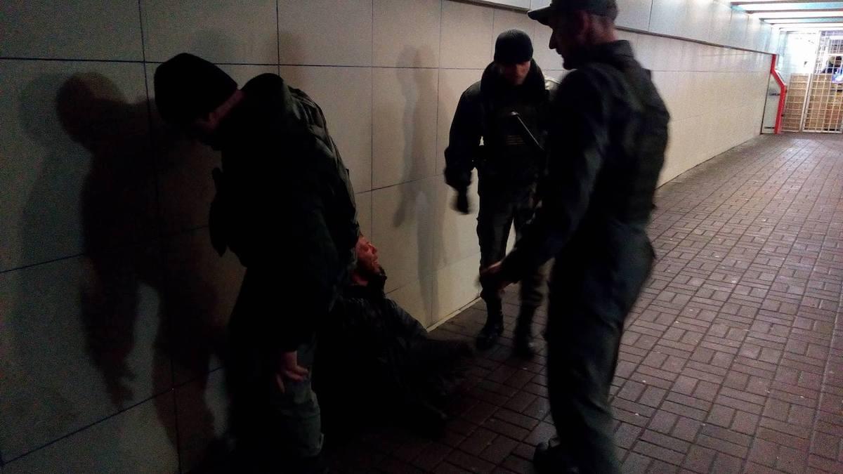 В переходе возле станции НАУ задержали мужчину