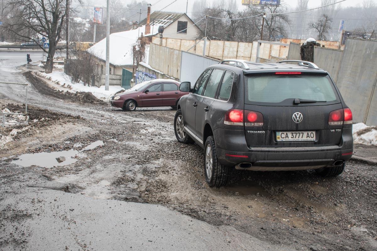Смело это место проезжают только автомобили с высоким клиренсом