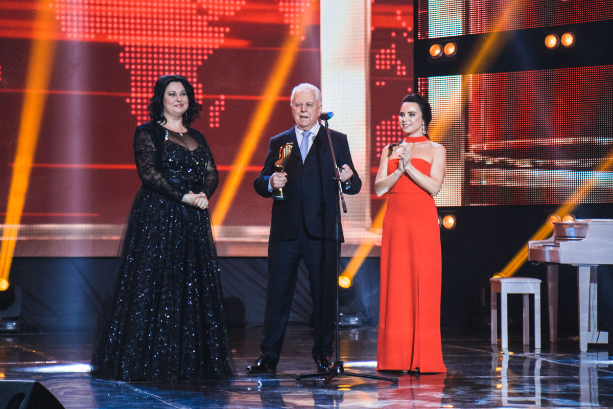 Леонид Кравчук и Лилия Подкопоева вручали награду