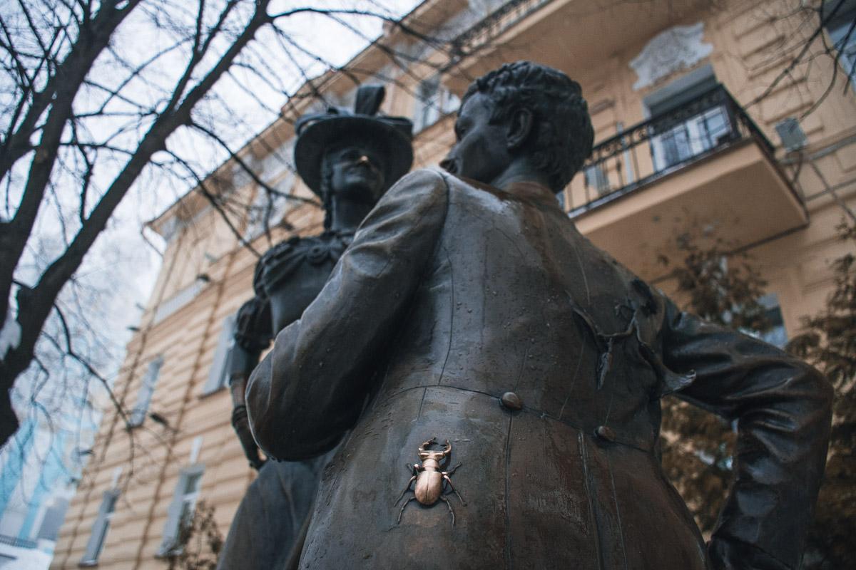 По легенде, мужчины должны потереть жука-скарабея на сюртуке Голохвастова для семейного счастья