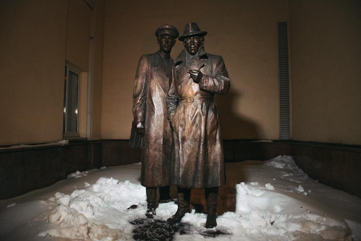Памятник Жеглову и Шарапову в Киеве на улице Богомольца, 10