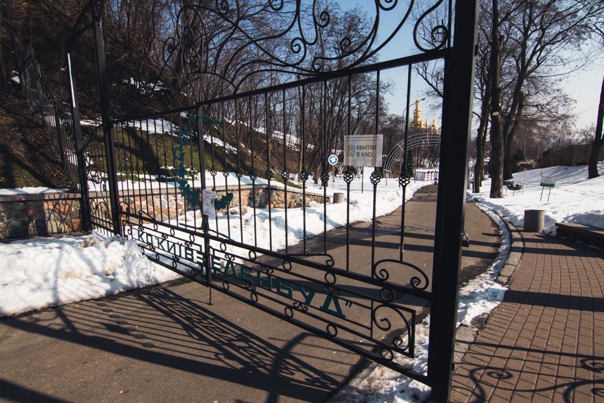 Парк выглядит хмурым, когда повсюду снег