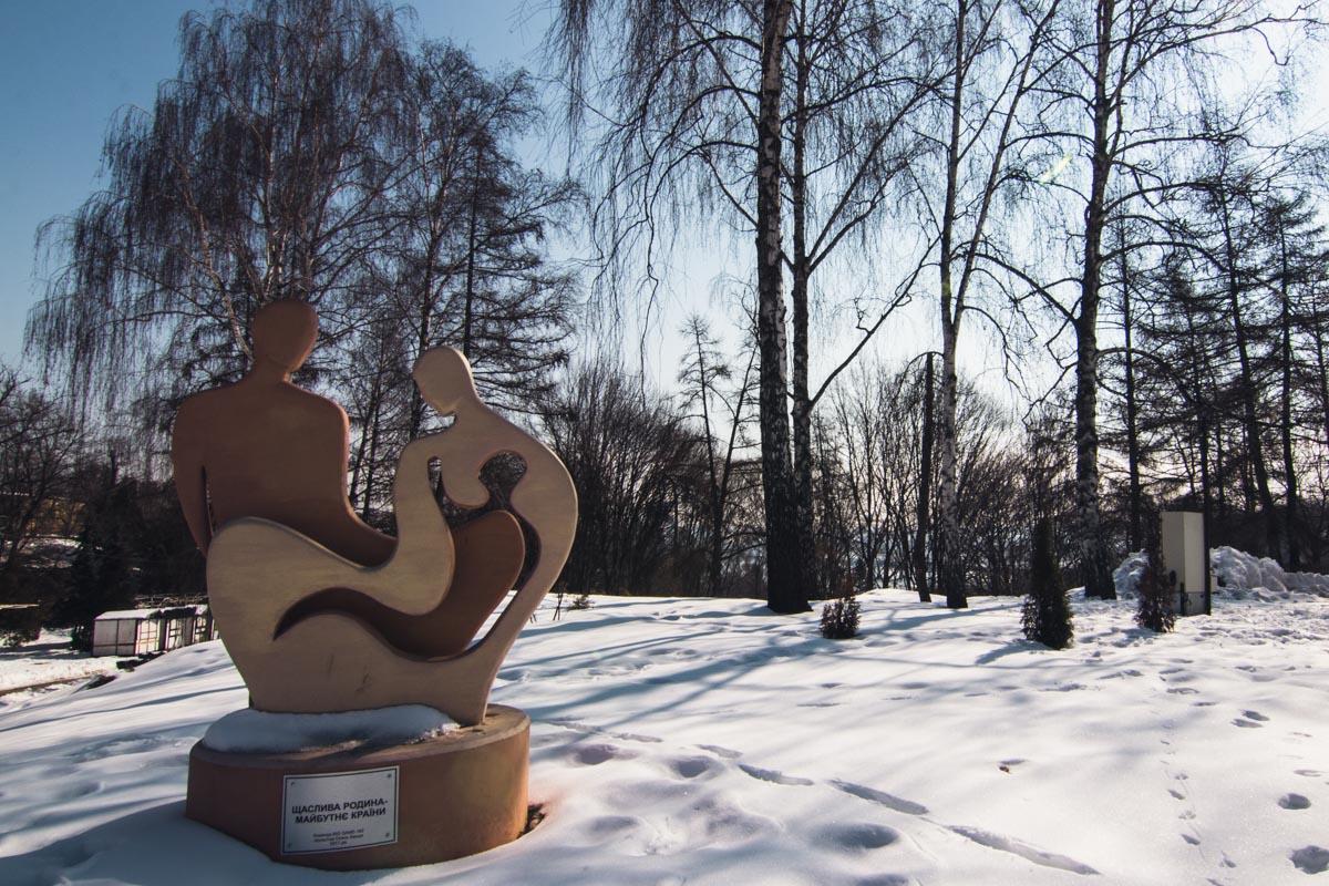 Скульптуры и инсталляции украшают территорию