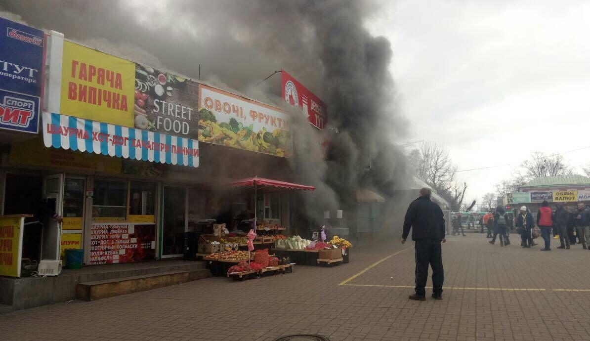 """Первые минуты пожара в магазине """"Червоний маркет"""". Фото: очевидец"""