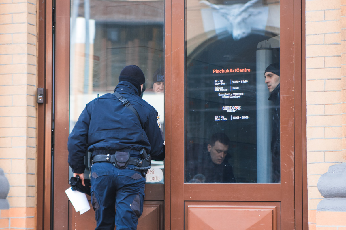 Первыми на место прибыла полиция