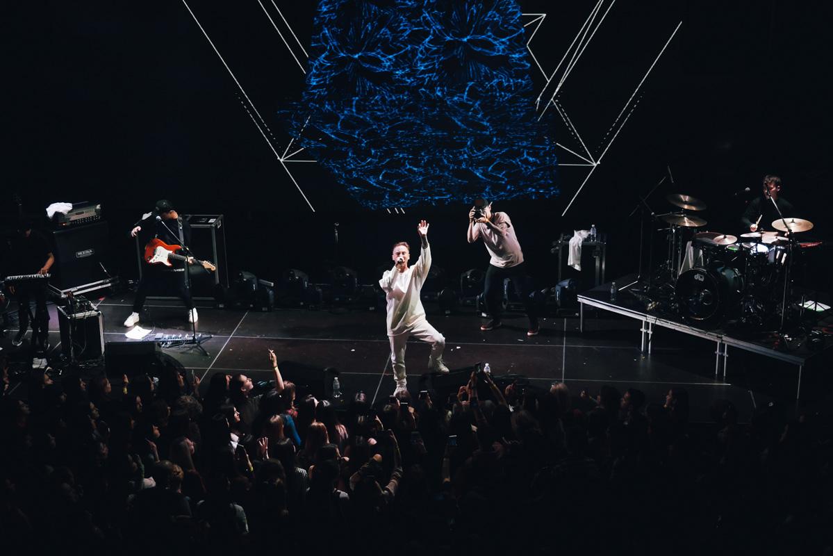 Весь вечер все поклонницы молодого певце танцевали и прыгали под драйвовую музыку