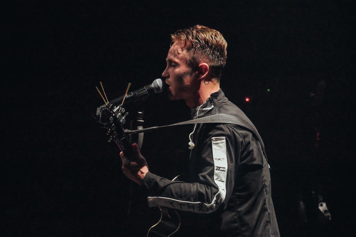 Изюминкой концерта стало душевное исполнение Артемом первых его песен акапельно под гитару