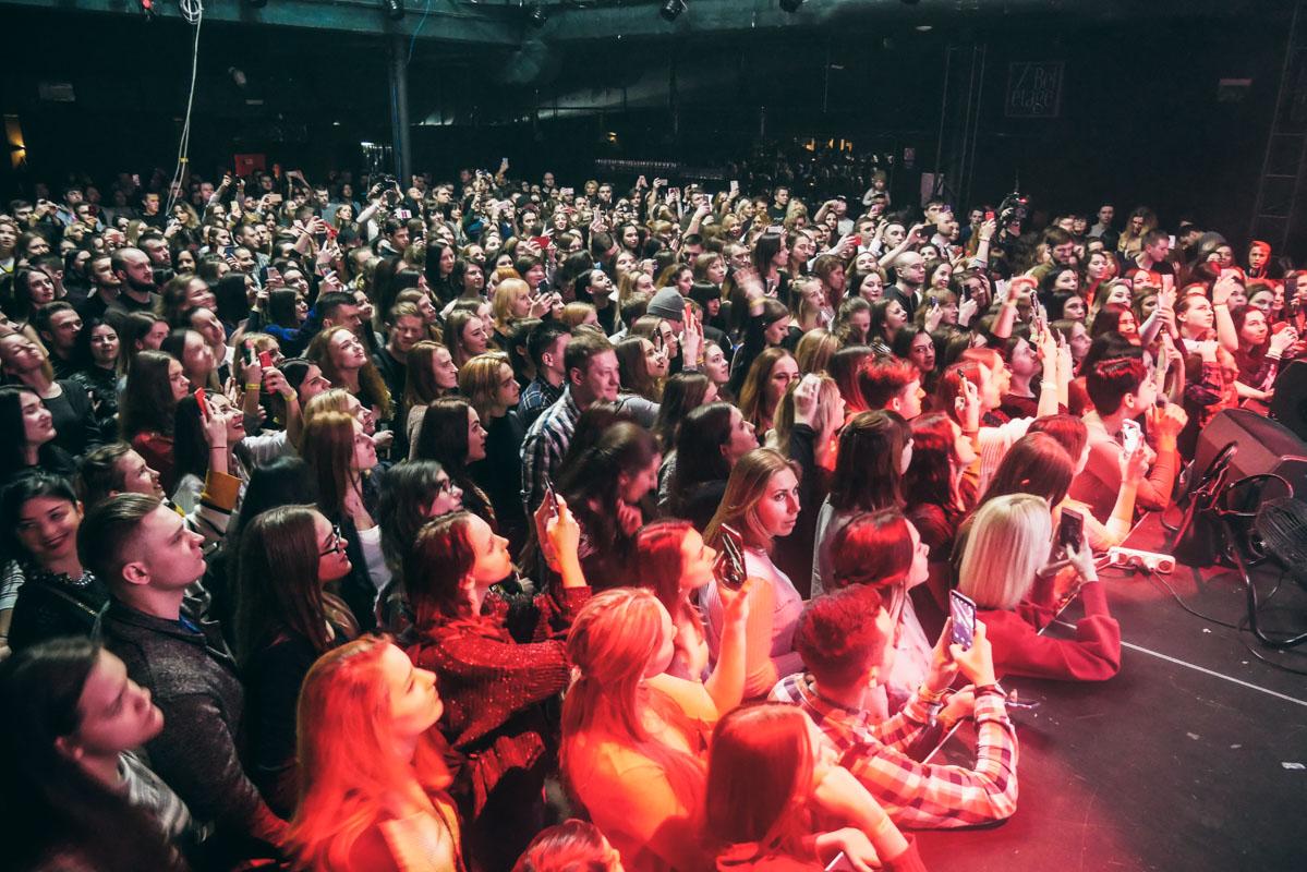 После 2-часового концерта фанатки не хотели отпускать Артема и попросили его спеть песню на бис