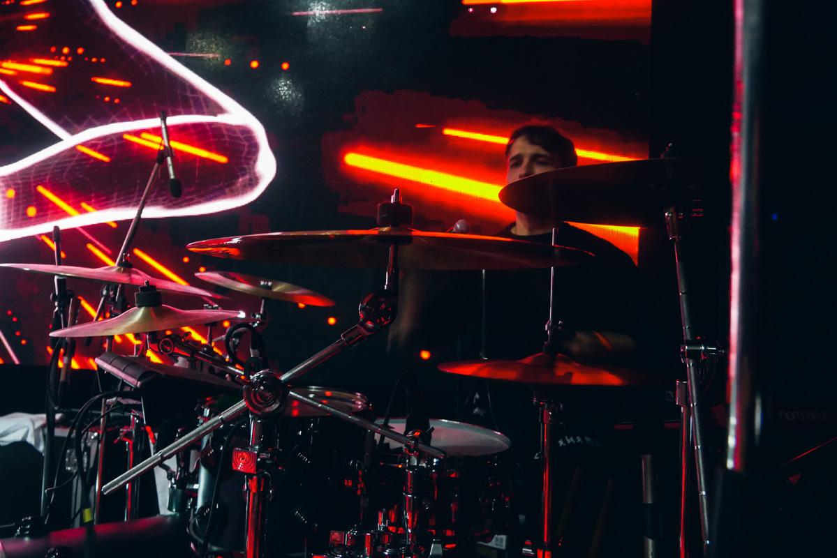 Артем отыграл двухчасовую live шоу-программу с full-бэндом