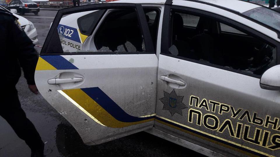 В результате детонации был поврежден полицейский автомобиль Toyota Prius.