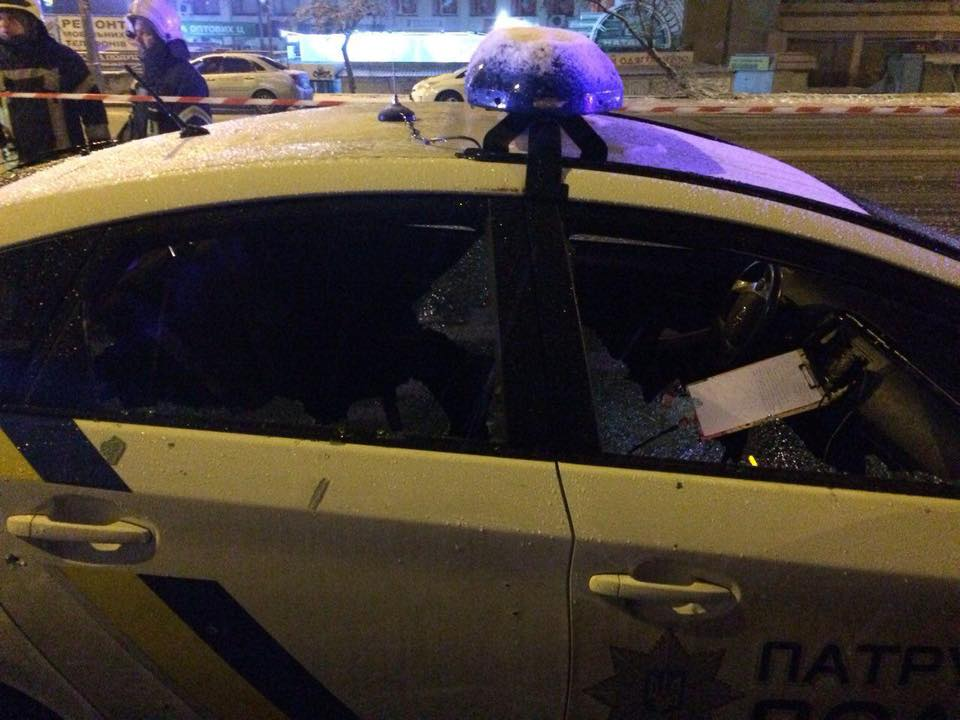 Автомобиль прошило осколками, разбито стекло.