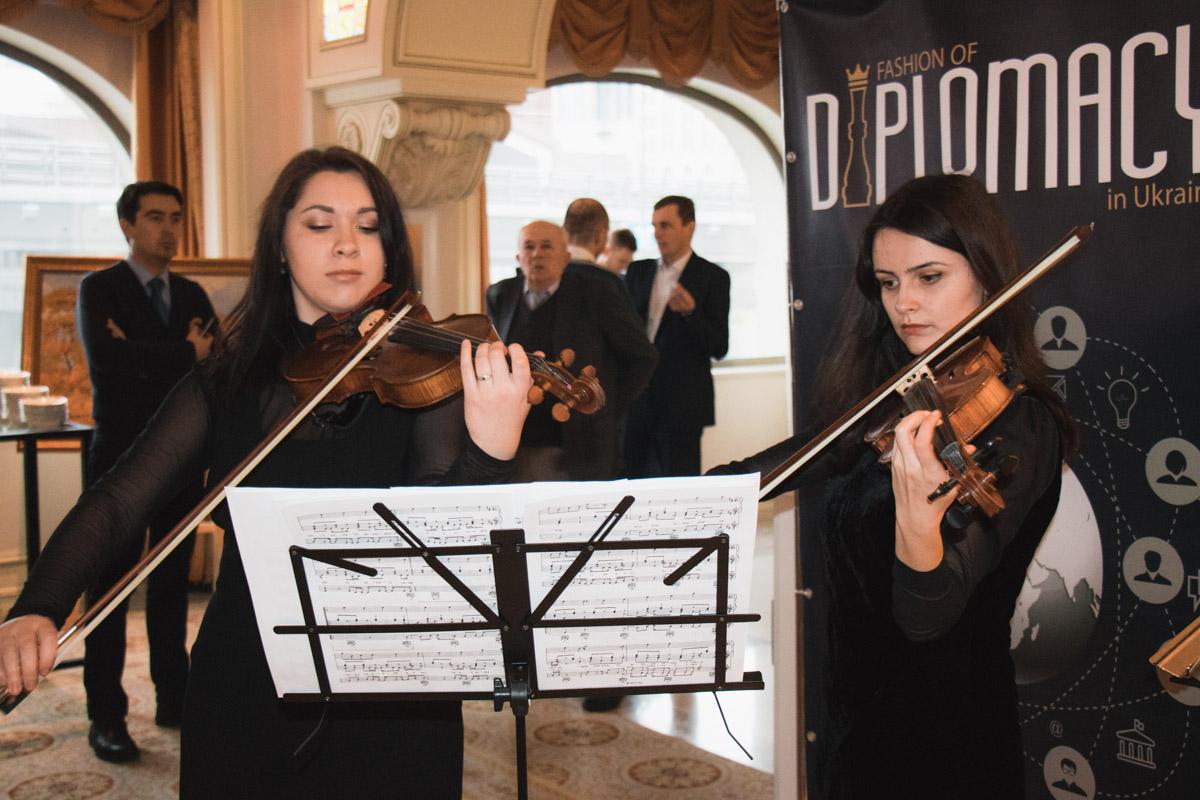 Перед началом церемонии гостей развлекали скрипачки