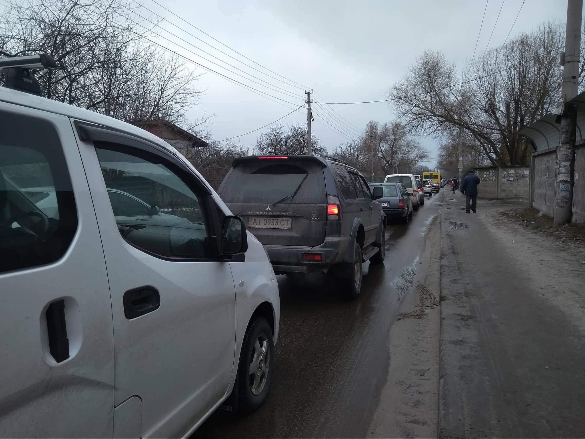 Из-за перекрытия образовалась огромная пробка по улице Центральной