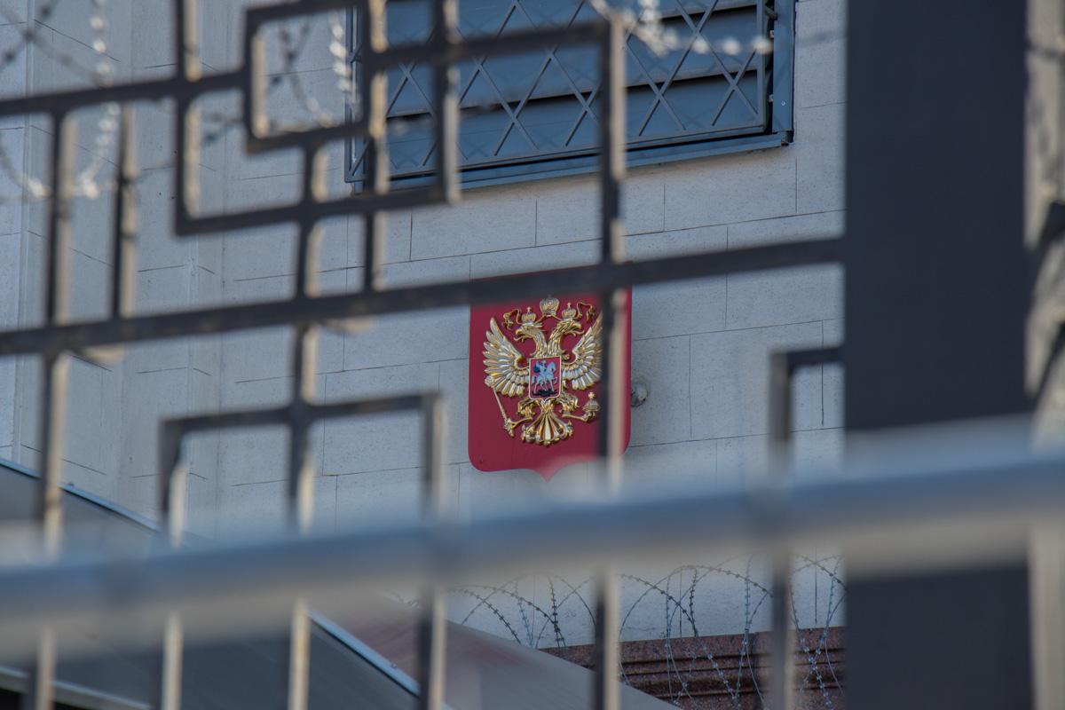 К посольству РФ неравнодушные люди принесли цветы