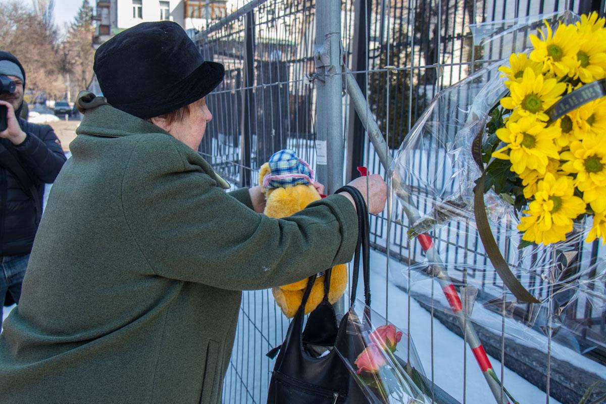 В Киеве возле посольства РФ почтили память погибших при пожаре в Кемерово