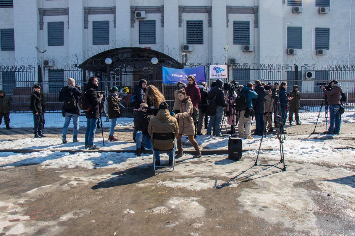 26 марта под стенами посольства России собрались люди