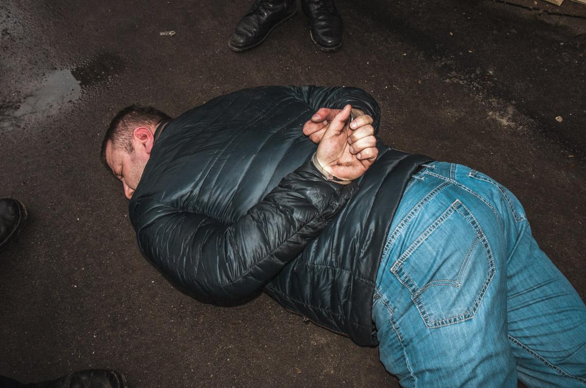 Мужчина кинулся на правоохранителей с кулаками
