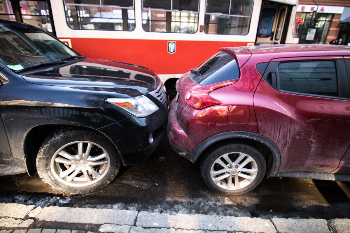 Lexus по инерции толкнул стоящий перед ним Nissan Juke