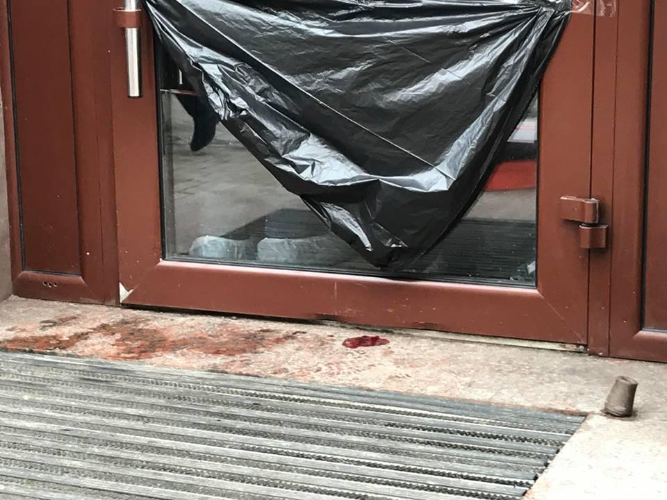 На входе в общепит было много крови