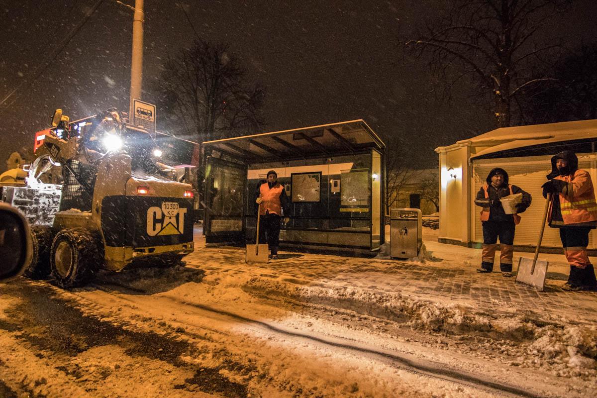 Коммунальщики активно очищают город от снега