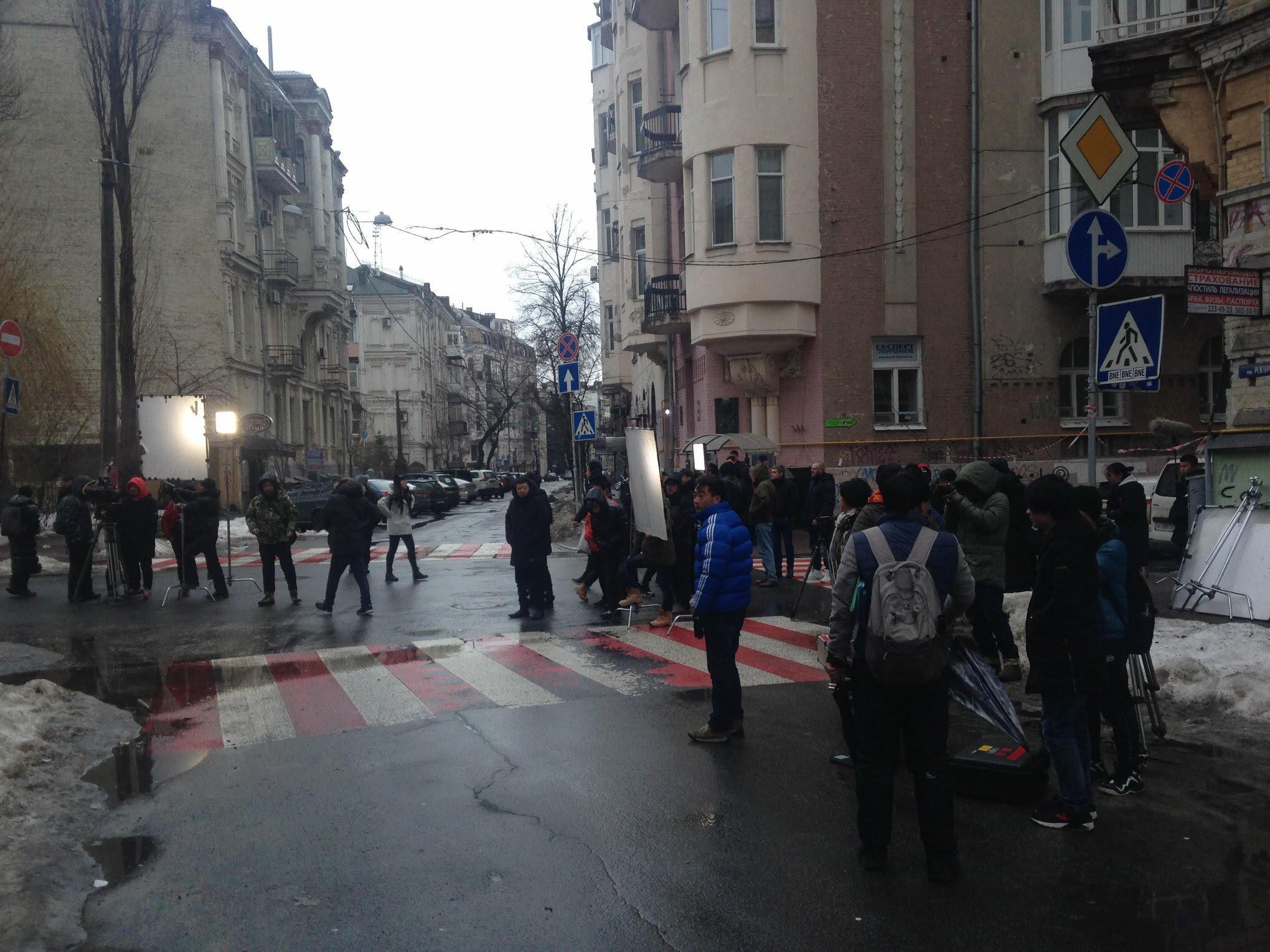 Из Китая для работы над сериалом прибыла группа в составе более 100 человек