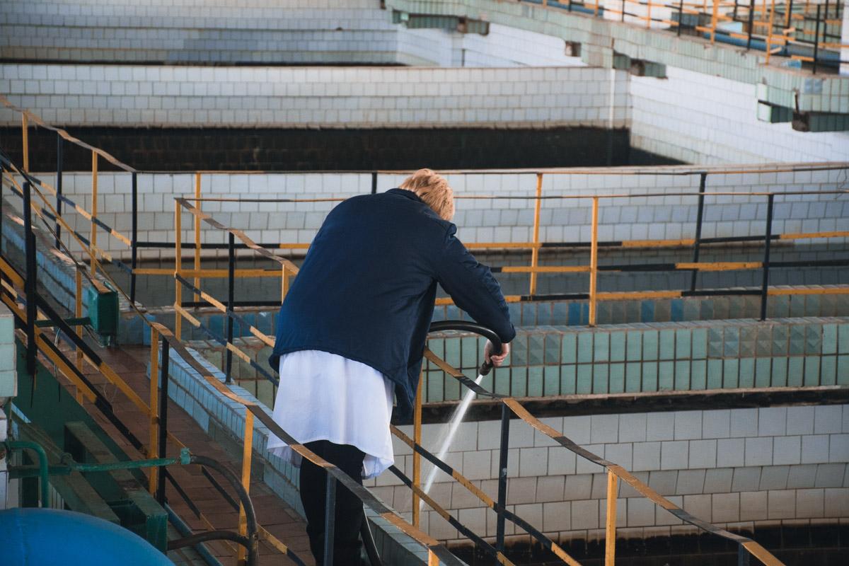 За процессом очистки руководит хрупкая женщина