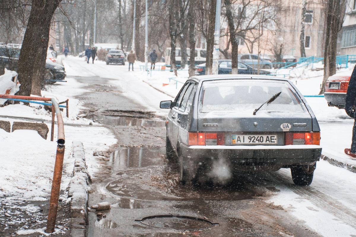 Если ваш автомобиль попадал от попадания в подобную яму или выбоину на дороге, то вы всегда можете вызвать патрульную полицию и оформить аварию по статье140 КУоАП