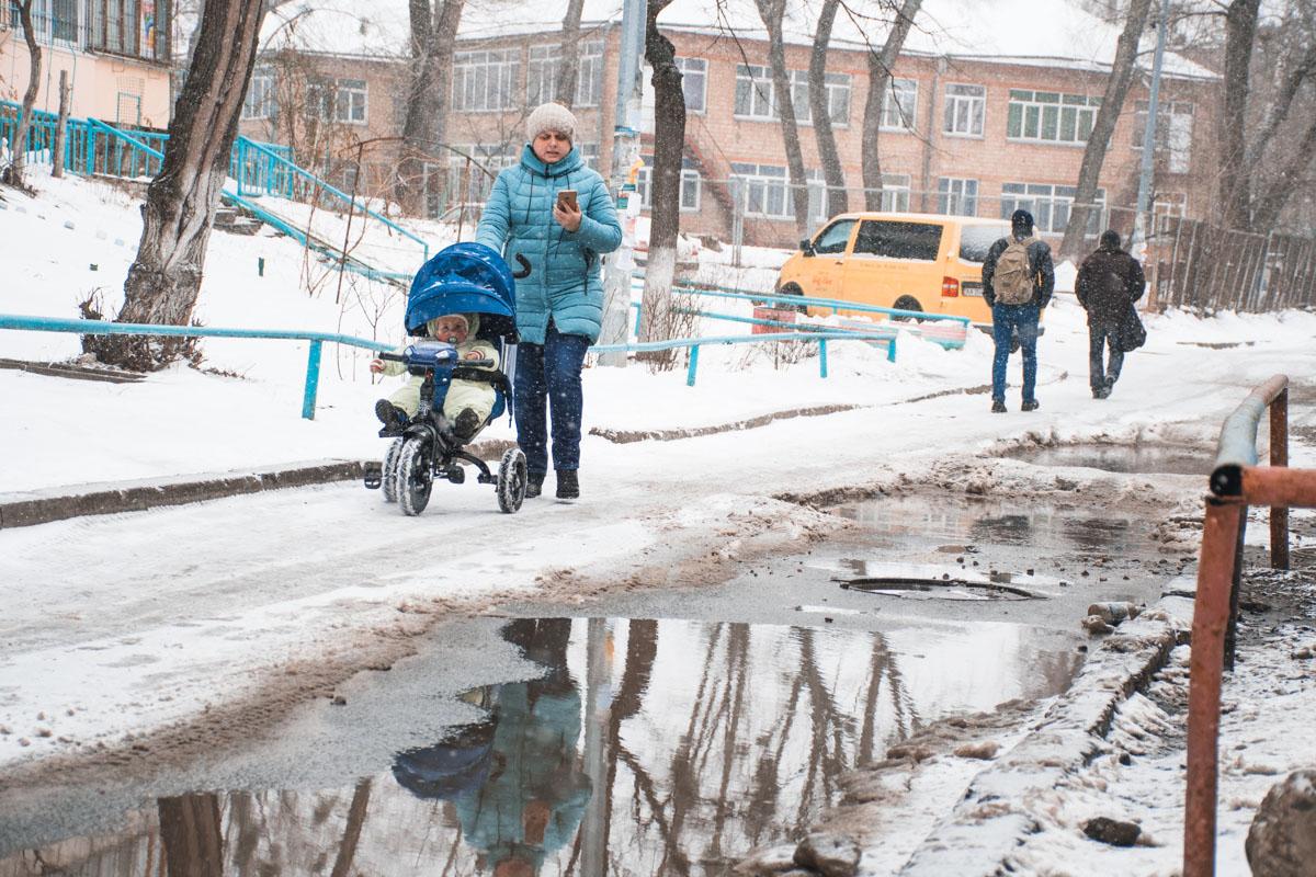 Видимо, этой весной вместе со снегом с дорог сойдет и оставшийся на этой улице асфальт