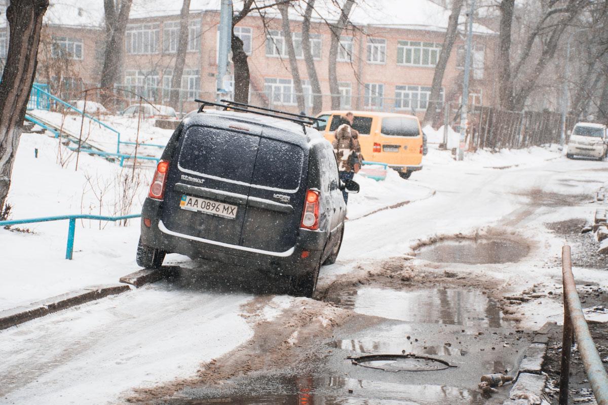 Автомобили, пытаясь объехать лужу, забирались на тротуар