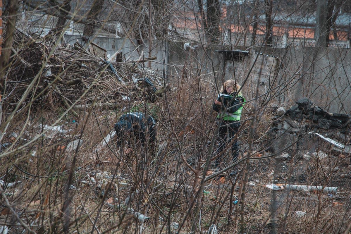 Начальник сектора ювенальной превенции, прочесывая район, обнаружил тело