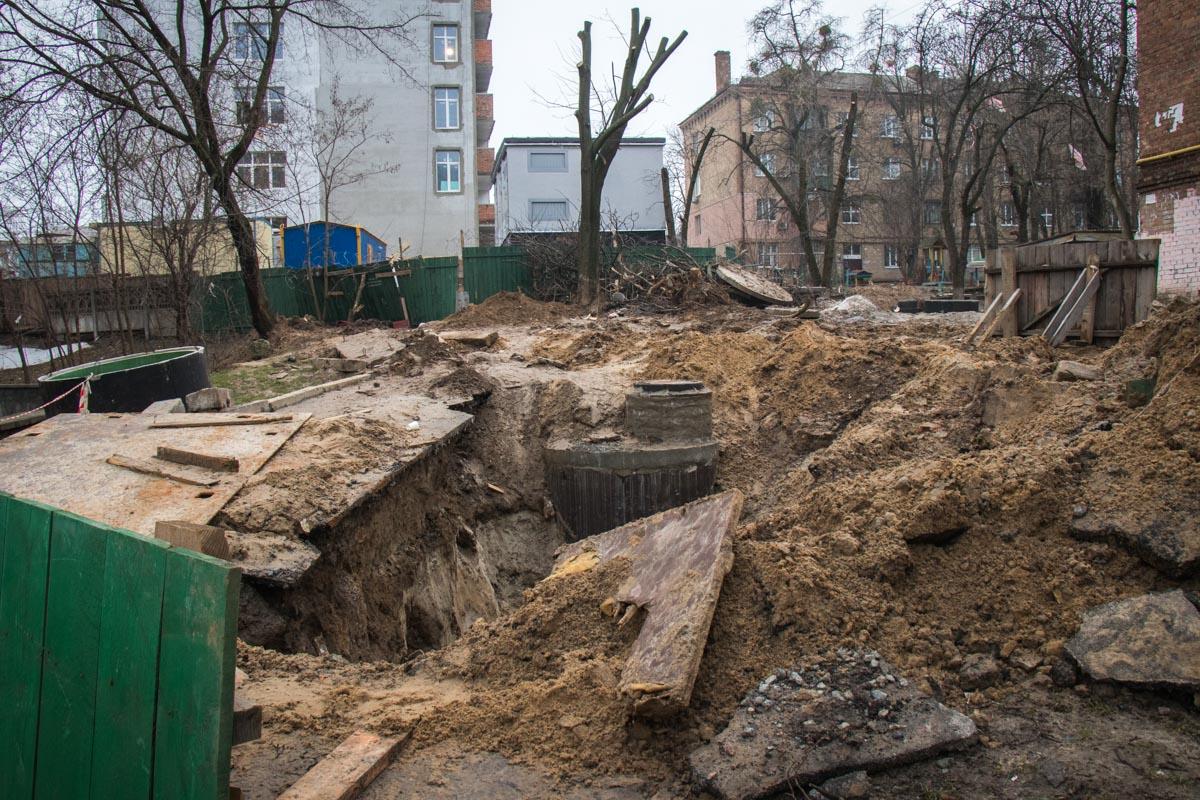 Подводя к новостройке коммуникации, разрыли большие ямы, земля вперемешку с глиной мешает прохожим уже давно