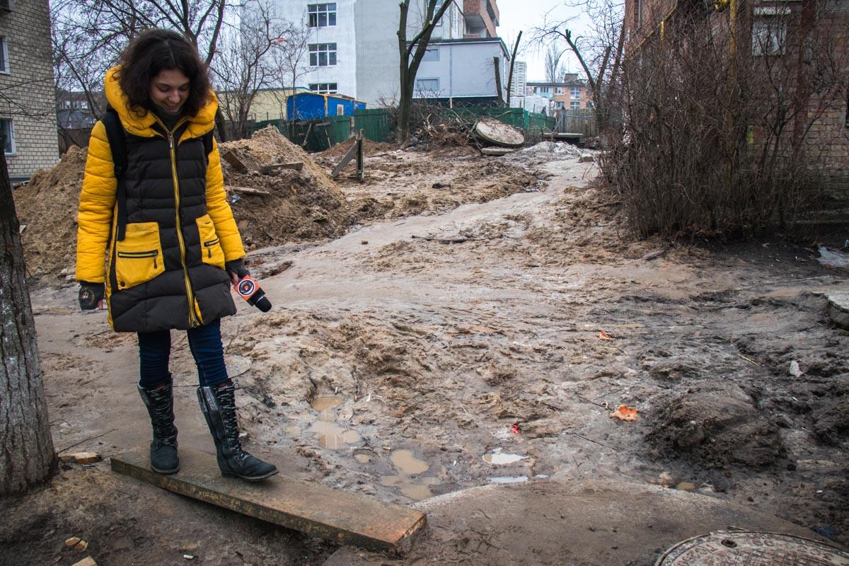 Пройдя по окрестностям, можно увидеть, что люди проложили над реками грязи досточки, чтобы как-то перейти земляное месиво и не испачкать свои одежду и обувь