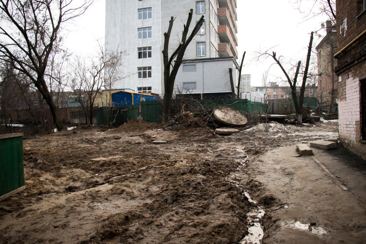 Горы земли и грязевые потоки не дают им нормально ходить по улице