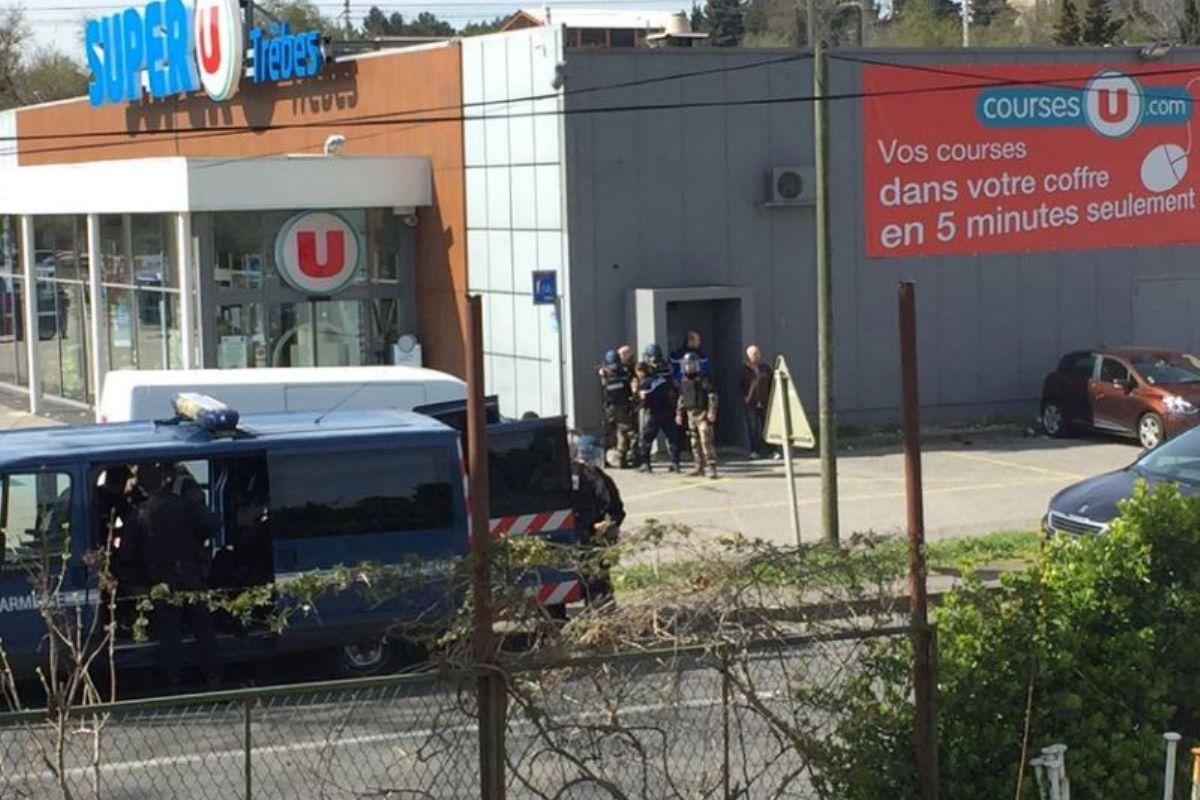 Во Франции в супермаркете захватили заложников