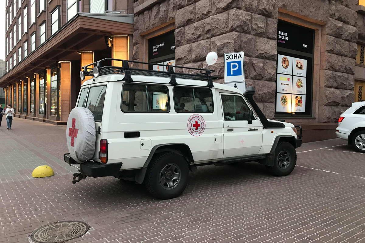 К зданию КГГА свезли автомобили отряда быстрого реагирования