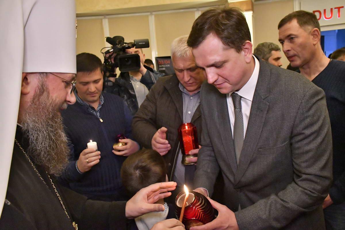 Свою частичку Благодатного огня также получил уполномоченный Президента по правам ребенка Юрий Павленко
