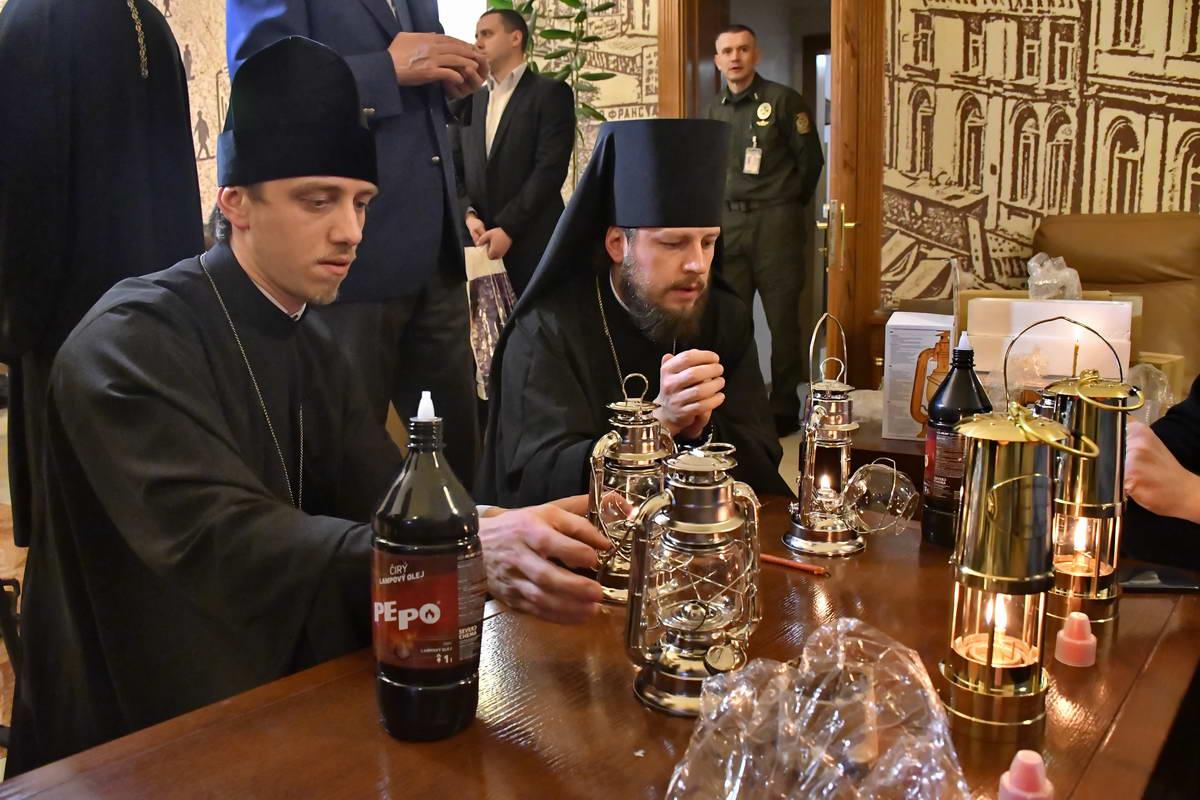 В 23:00 вКиево-Печерской Лавре огонь раздадут тысячам верующих