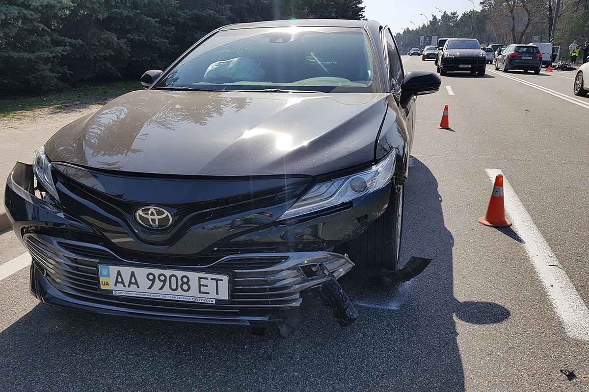 После столкновения мотоцикла и Renault, первого откинуло в Toyota