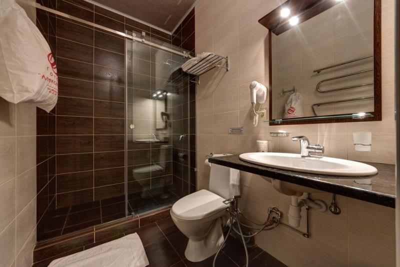 Аккуратная ванная комната для гостей отеля