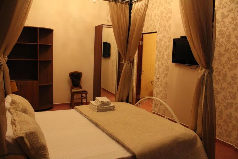 Все современные номера отеля оформлены в строгом стиле и обставлены деревянной мебелью