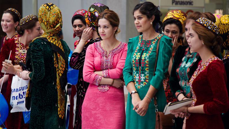 Женщинам Туркменистана запретили обесцвечивать волосы