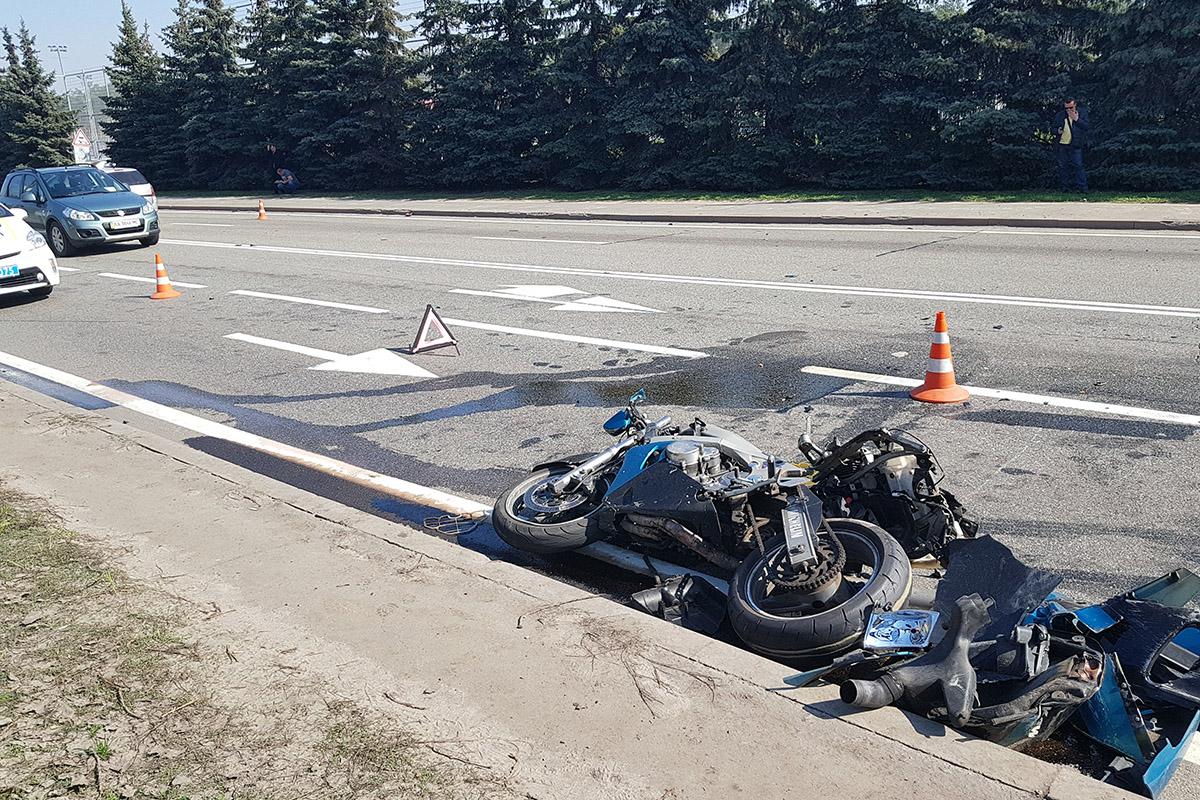 Детали мотоцикла разлетелись в стороны