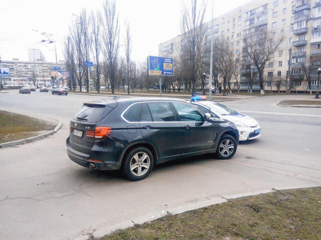 В Киеве неадекватный водитель BMW X5 пытался убежать от патрульных