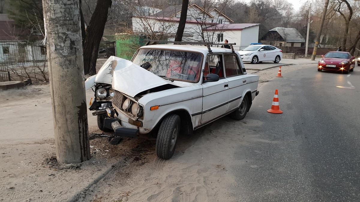 На улице Ольжича ВАЗ-2106 врезался в бетонный столб