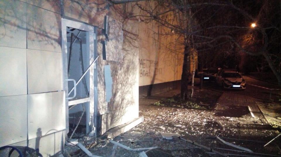 Взрывной волной задело двери, окна и фасад