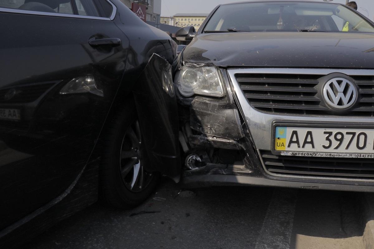 Mercedes Vito, не соблюдая дистанции, догнал Volkswagen, а тот в свою очередь - Mazda