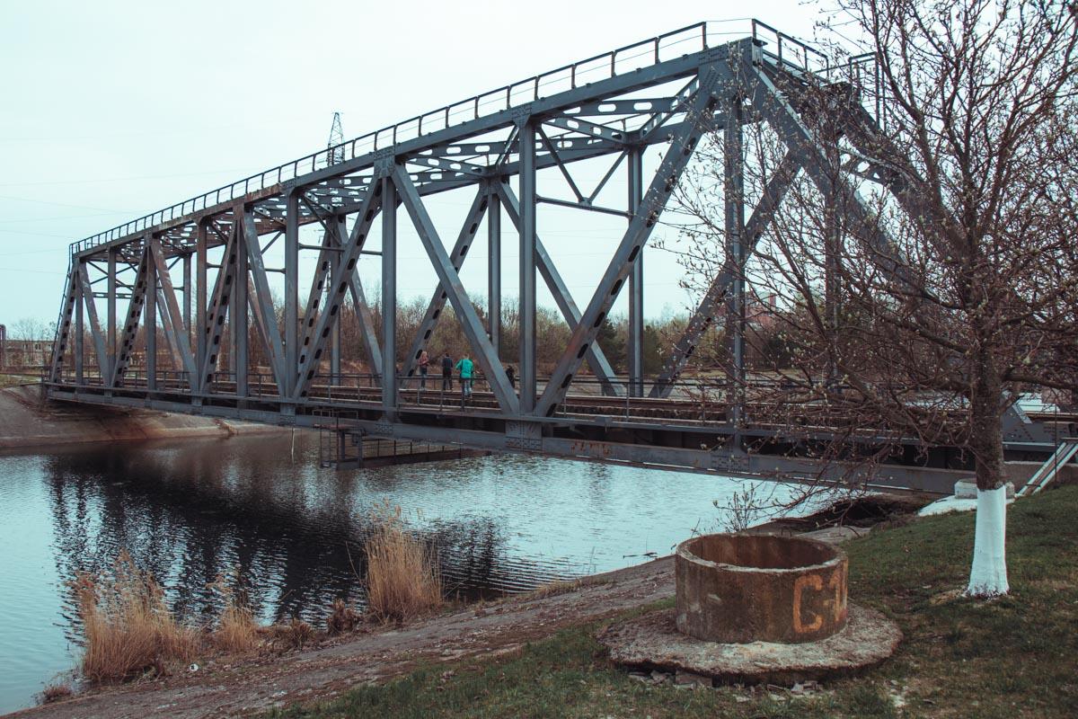 С моста над прудом-охладителем ЧАЭС можно покормить больших сомов